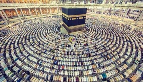 Pilgrims in prayer around the Ka'aba